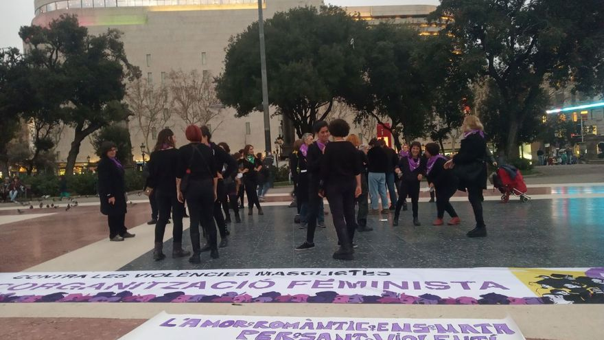 Las participantes en la acción de protesta, en la Plaza Catalunya