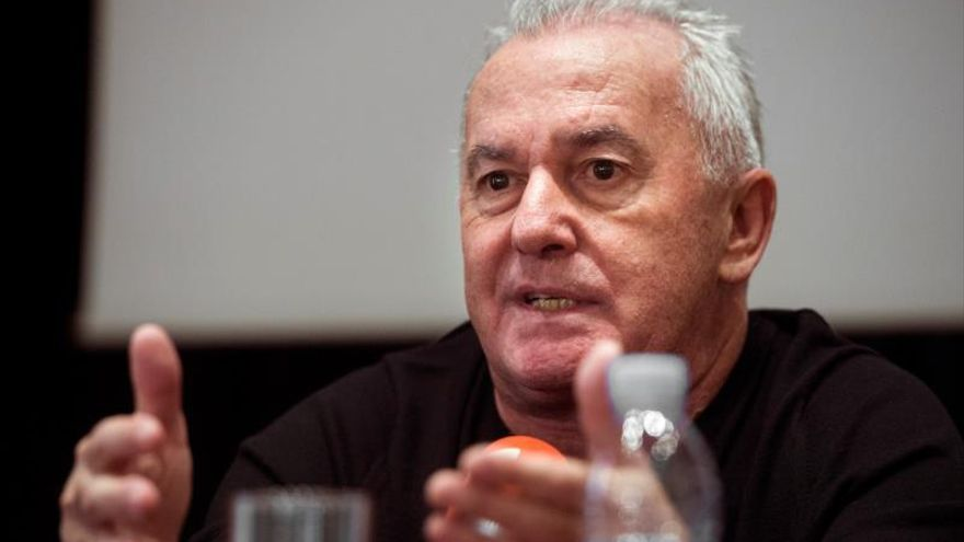 """Víctor Manuel: """"Los himnos y las banderas huelen a alcanfor"""""""