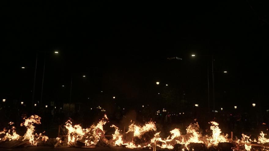 Una hilera de hogueras en Barcelona durante la noche del martes