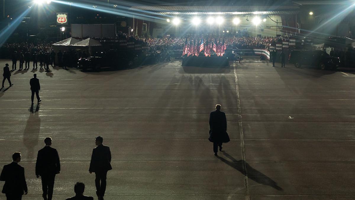 Trump desembarca del Air Force One y se dirige a la multitud en el aeropuerto de Mosinee, Wisconsin.