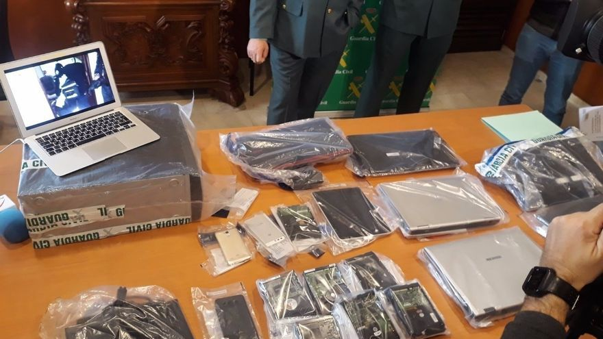 Dispositivos electrónicos de los detenidos por un presunto delito de tenencia y/o distribución de pornografía infantil.