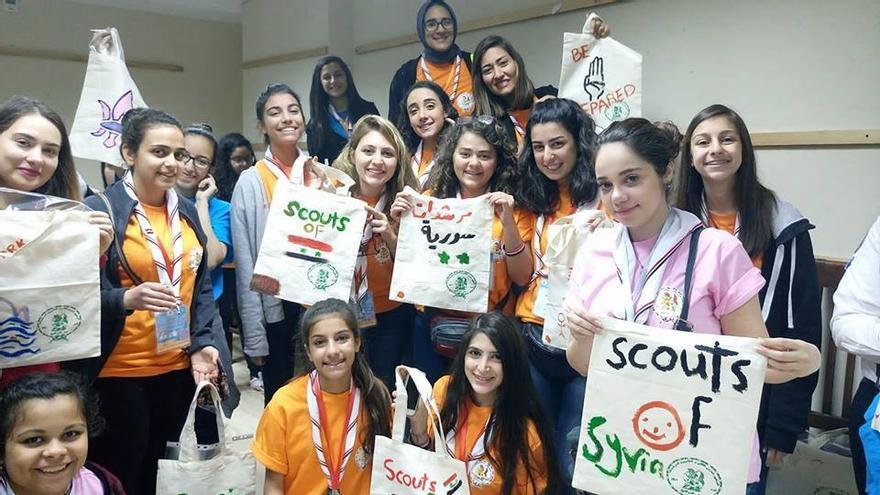 Durante la guerra, las Girl Scouts han seguido funcionando en las zonas controladas por el Gobierno,organizando tanto excursiones como sesiones sobre autoestima y ciudadanía. Facebook Scouts of Syria.