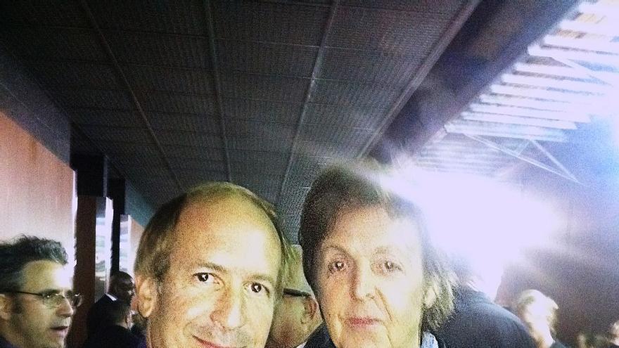 Larry Dvoskin (i) junto a Paul McCartney / Wikimedia Commons