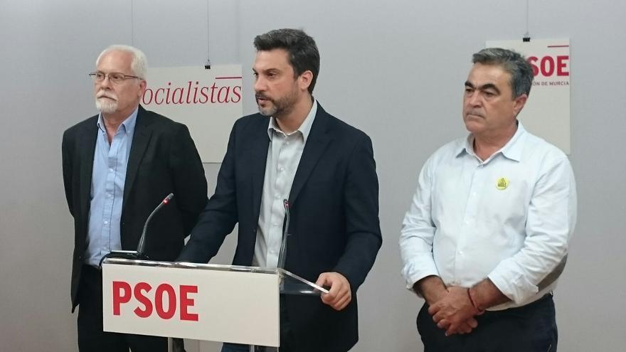 El alcalde de Abanilla, Ezequiel Alonso, junto a los diputados socialistas Joaquín López y Jesús Navarro