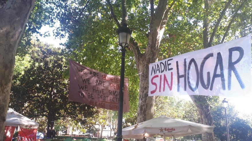 Una de las pancartas del campamento de personas sin hogar en Cibeles (Madrid)
