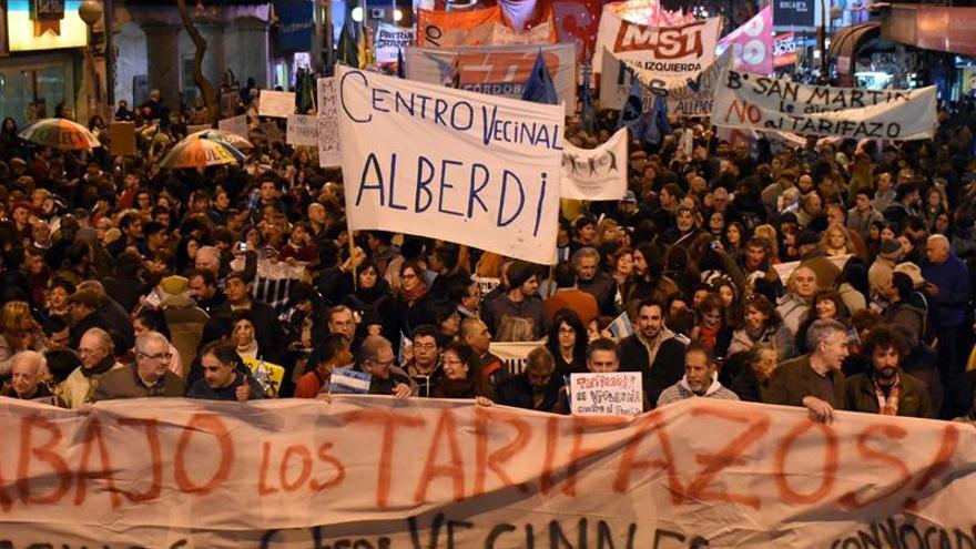 Miles de personas asisten a un 'ruidazo' en Argentina contra los aumentos de tarifas
