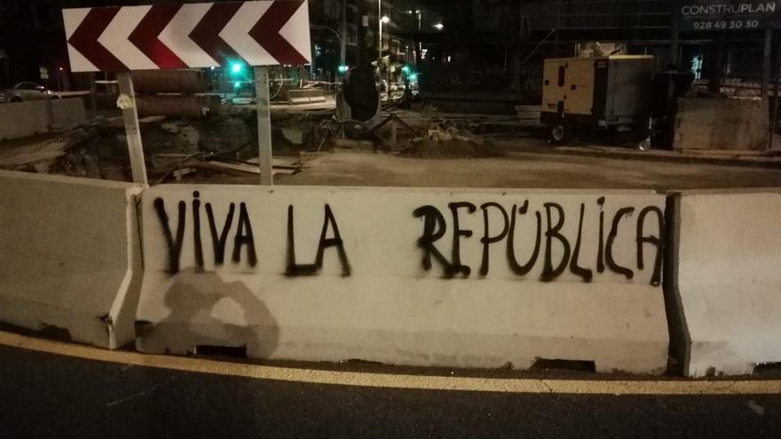 Las Palmas de Gran Canaria amanece cubierta de pintadas por la República