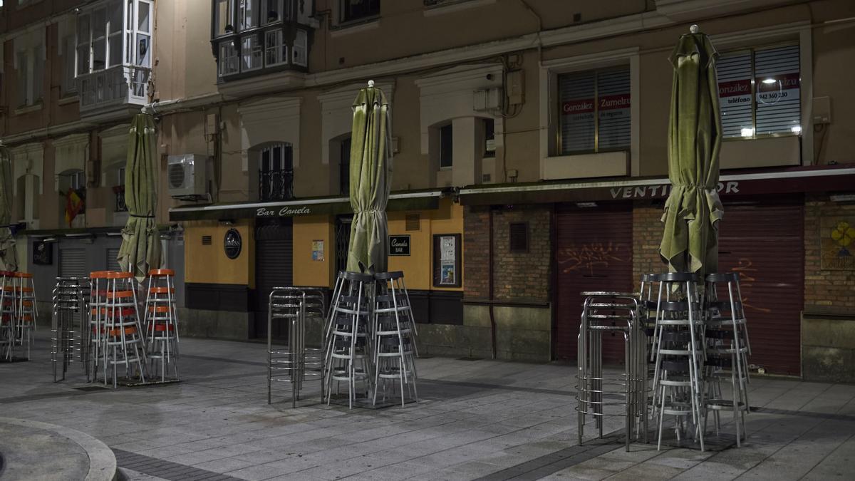 Terrazas vacías en la Plaza de Cañadío en Santander.