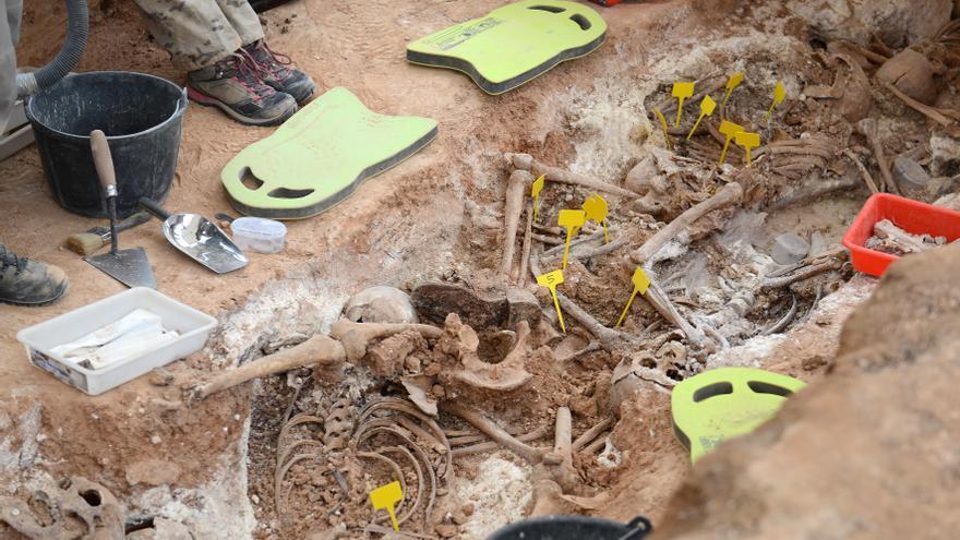 Hallazgo de una decena de cadáveres en una fosa común del cementerio municipal de Alcañiz, con evidentes signos de haber sido fusilados.