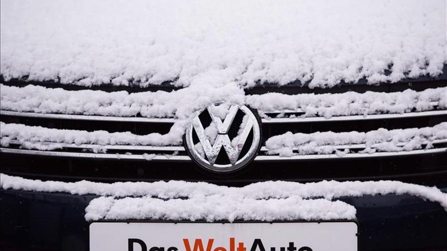 """S&P baja la calificación de VW una nota, a """"BBB+"""", aprobado alto"""
