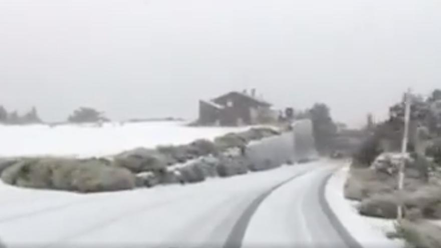 La carretera dentro del Parque Nacional del Teide, cubierta de nieve