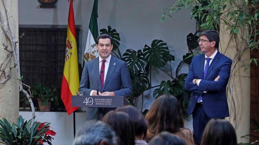 El presidente de la Junta de Andalucía, Juanma Moreno (i), junto al vicepresidente, Juan Marín, tras la reunión que el Consejo de Gobierno ha celebrado hoy de forma excepcional en Córdoba.