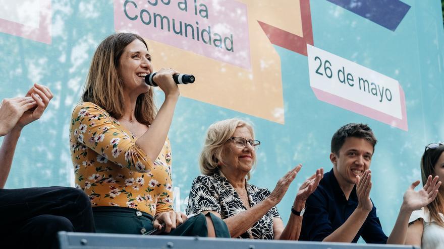 Amanda Romero, junto a Manuela Carmena e Íñigo Errejón, durante la presentación del programa de protección animal de Más Madrid