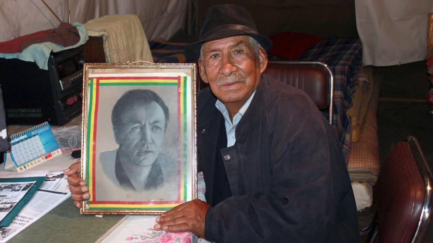 Julio Sevilla sostiene un retrato de su amigo Marcelo Quiroga, líder del Partido Socialista de Bolivia. Julio fue detenido y torturado durante el régimen de García Meza (1980-1981) © AI