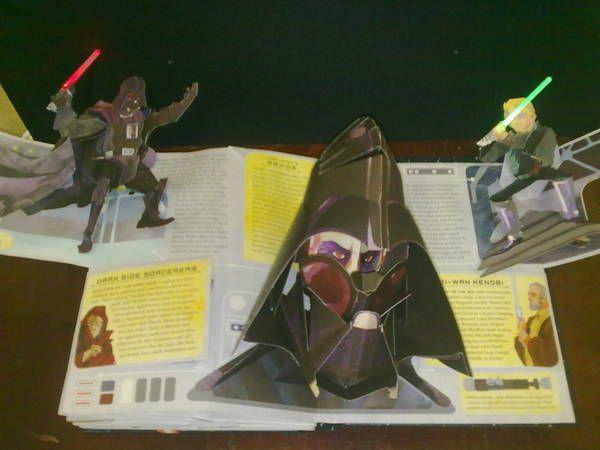 Libro de la exposición de libros pop-up en Tres rosas amarillas