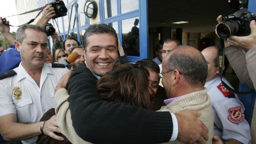 De Onalia Bueno y Francisco González (PP) al salir del Juzgado en enero de 2007 #2
