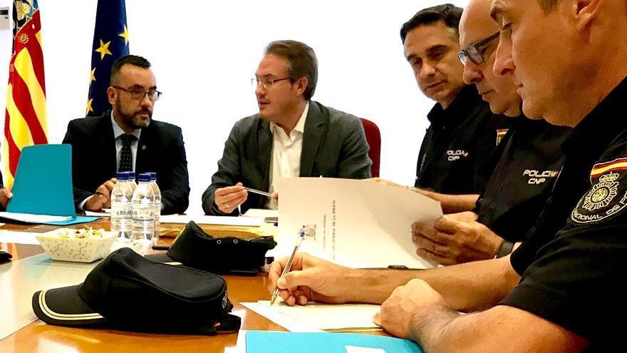 David Barelles (en el centro) cuando era subdelegado del Gobierno en Castellón