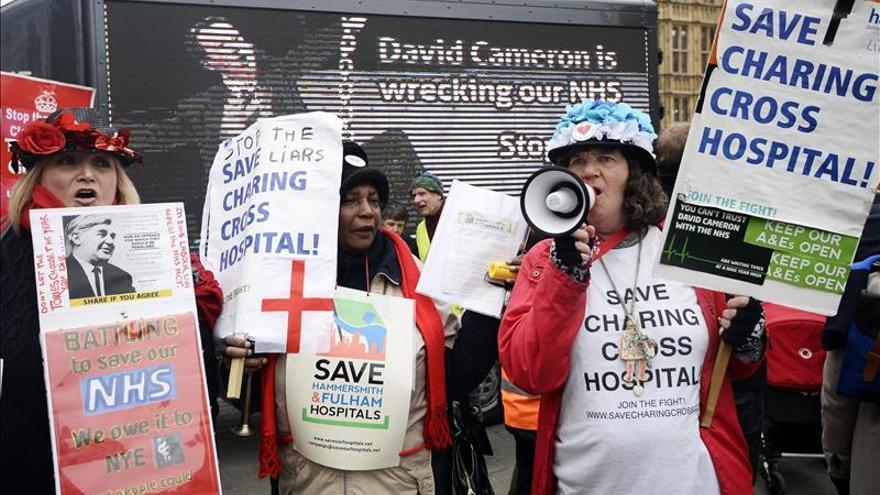El personal de la sanidad británica en huelga en demanda de mejora salarial