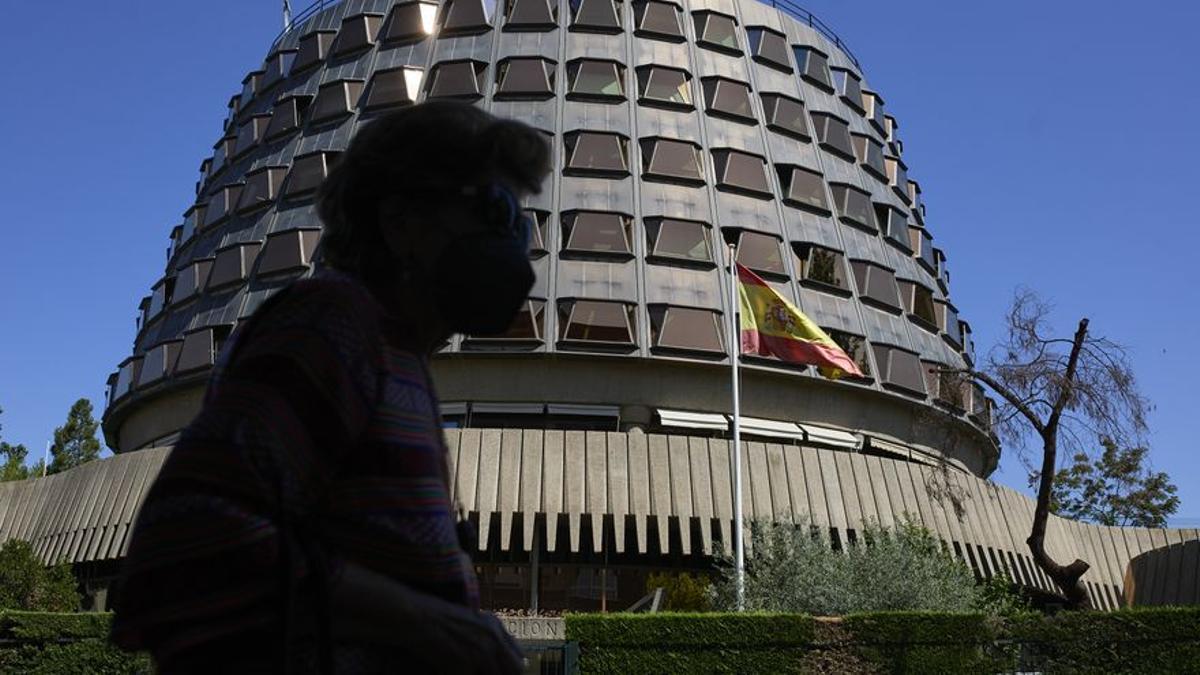Una persona camina por las inmediaciones del Tribunal Constitucional.