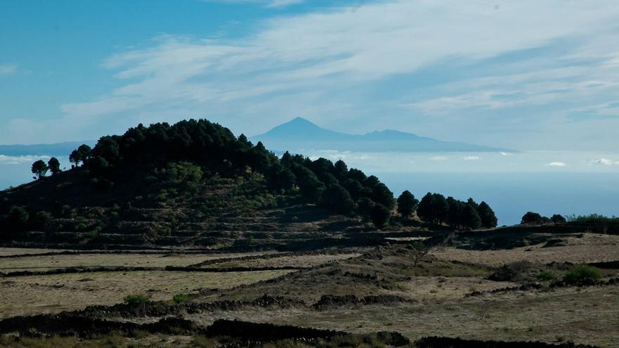 El Teide asoma tras una de las montañas de la llanura de Nisdafe. VIAJAR AHORA