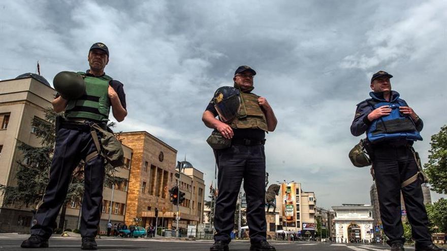 La OTAN pide a Macedonia respetar el proceso democrático tras los ataques