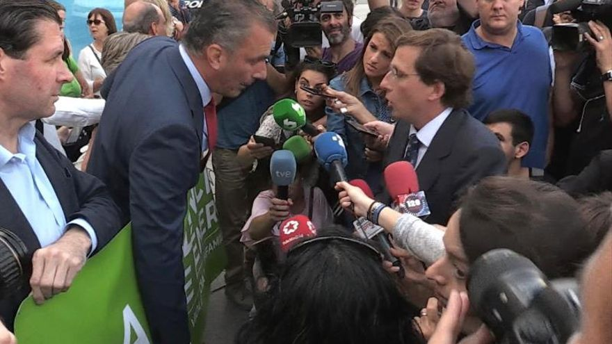 José Luis Martínez-Almeida y Javier Ortega Smith discuten durante el minuto de silencio por la última mujer asesinada en Madrid.