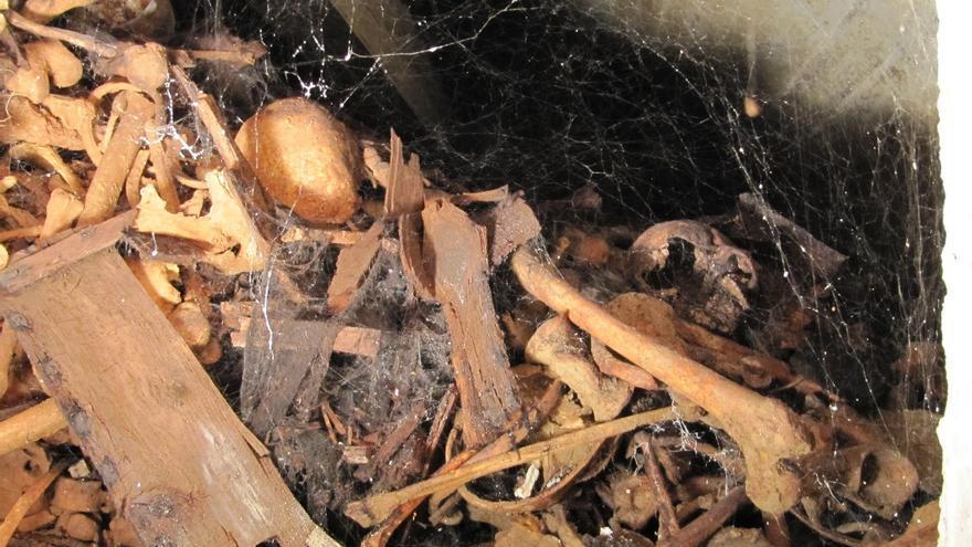 Acumulación de huesos sin filiar en una capilla principal del Valle