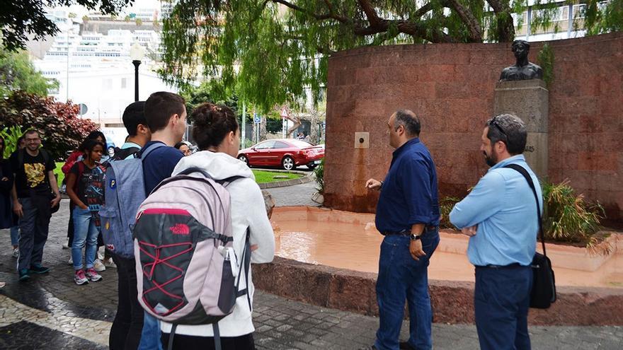 Alumnos de Yeray Rodríguez frente al busto del escritor Tomás Morales.