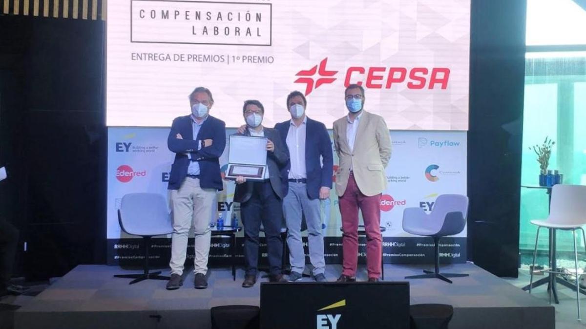 Responsables de Cepsa recogiendo el I Premio de Compensación Laboral