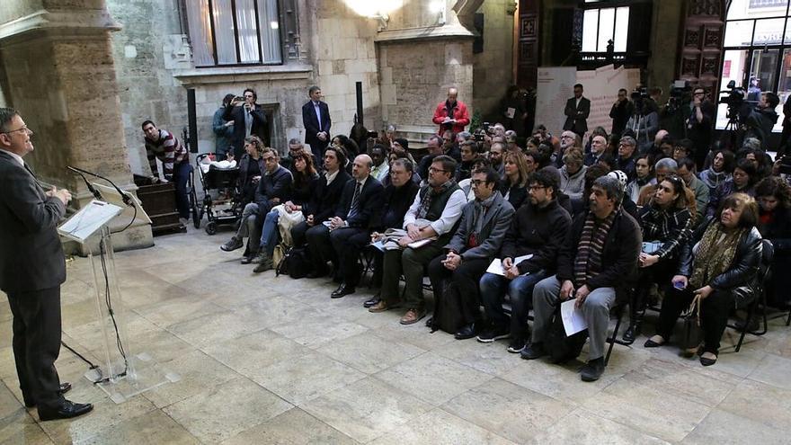El president Ximo Puig ante los representantes de diversos colectivos de inmigrantes