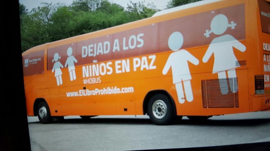 """Autobús de HazteOír con el mensaje: """"Dejad a los niños en paz""""."""
