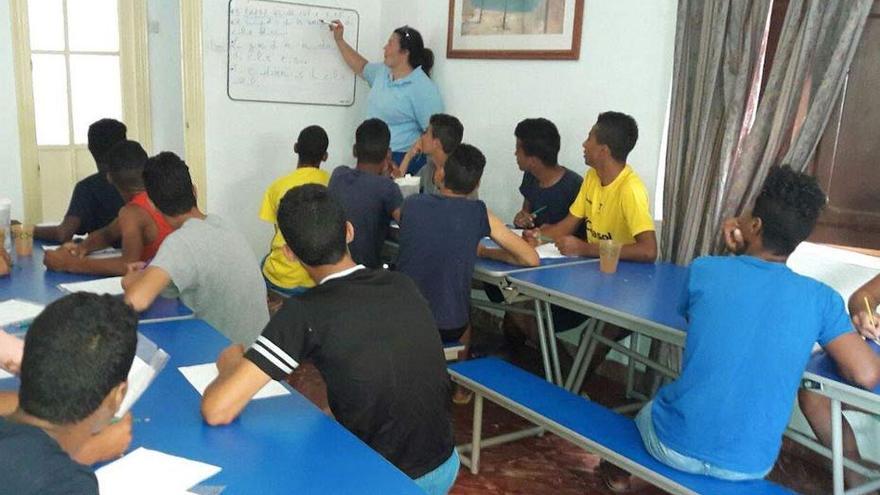 La Junta cubre en sus centros las necesidades básicas de alojamiento, alimentación, educación e integración social JUNTA DE ANDALUCÍA