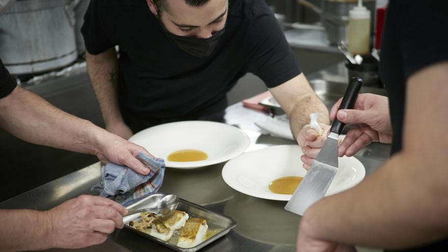 Archivo - Varios trabajadores en la cocina del restaurante Rodero, en Pamplona.