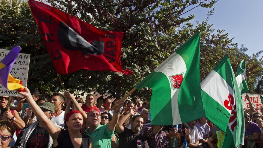 Manifestantes del SAT intentan, sin éxito, entrar en el Parlamento andaluz