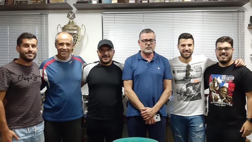 Adonay Martín, junto a su cuerpo técnico, en la renovación de contrato