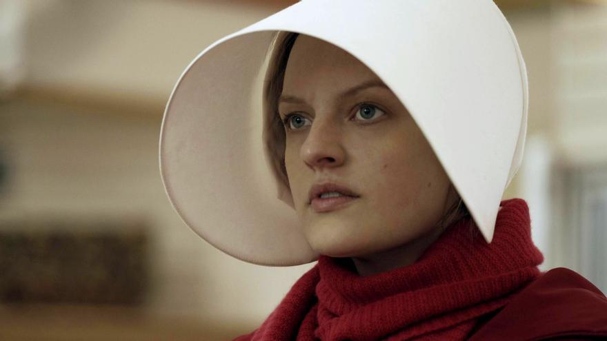 Elisabeth Moss interpreta a June en 'El cuento de la criada'