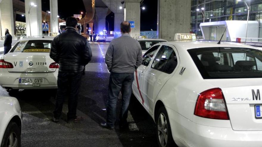 Varios taxistas protestan en la T4 contra la tarifa fija de 30 euros