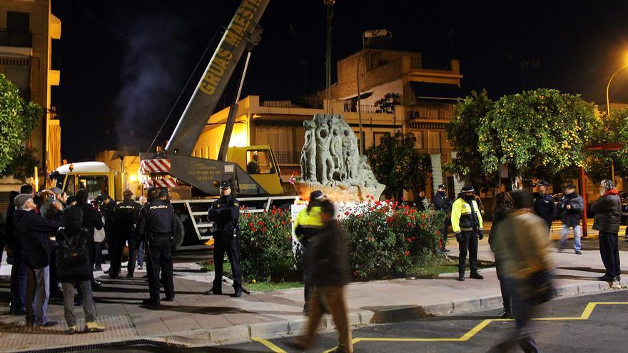 Dispositivo para retirar el monumento a las víctimas del franquismo en Coria.