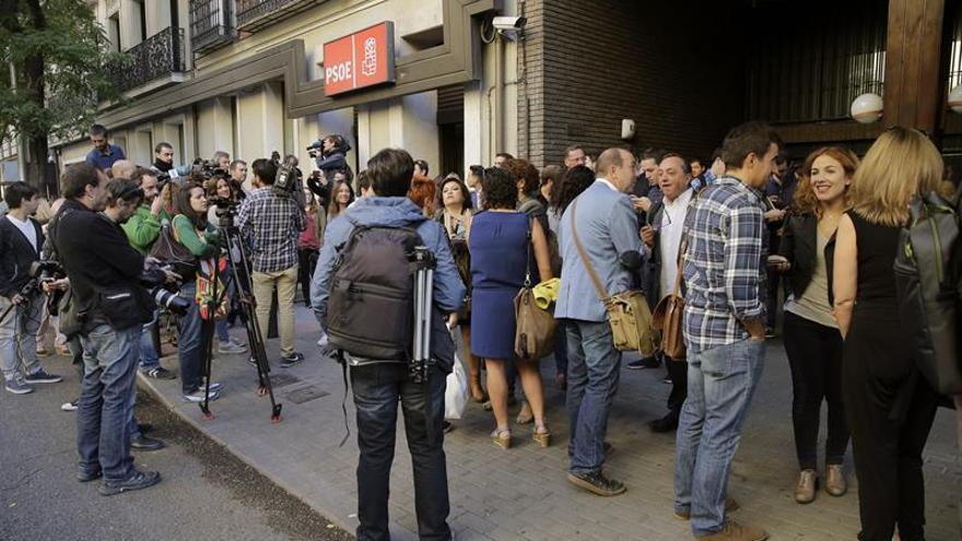 """Ferraz pide a los militantes """"serenidad"""" y que no se concentren ante la sede"""