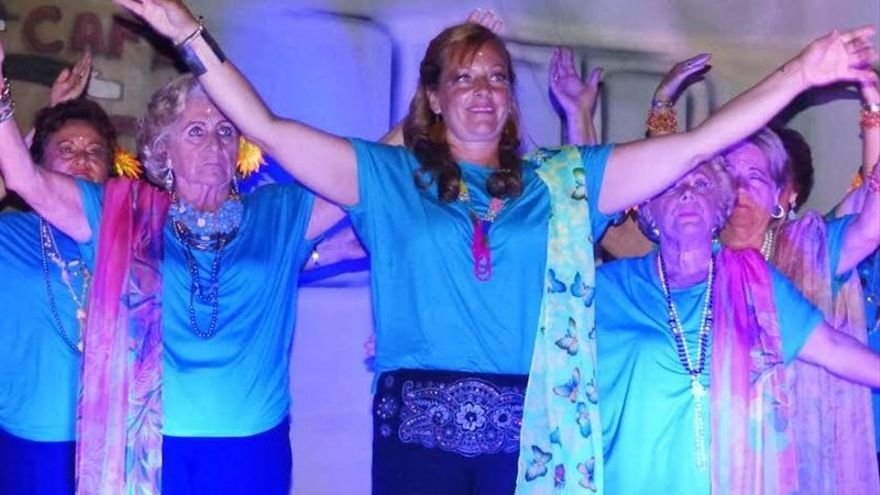 Mujeres en Argoños actuando en un festival por motivos benéficos