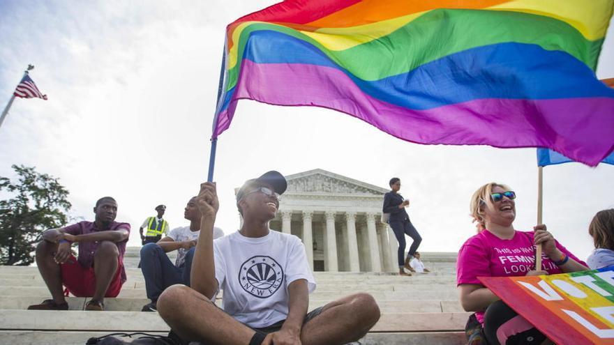 Manifestantes celebran la legalización del matrimonio homosexual frente al Tribunal Supremo de EEUU en 2015