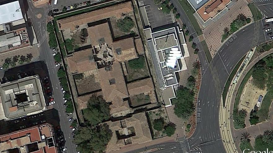 Imagen de la Cárcel Vieja de Murcia; en el centro, el hueco cuadrado que dejó el panóptico derruido / Google Earth