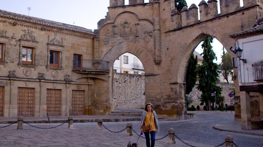 Puerta de Jaén y Arco de VIllalar desde la Plaza del Popolo, en Baeza.