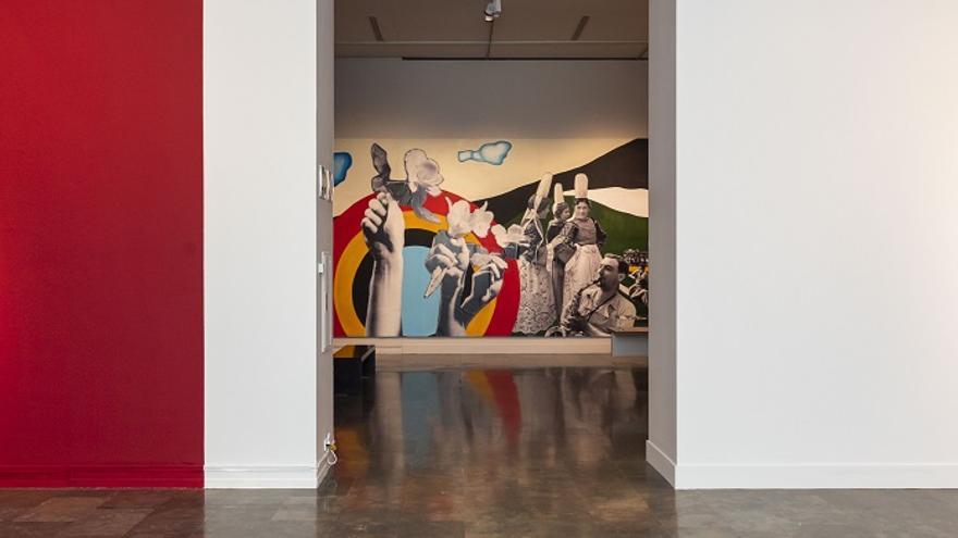 Vista de sala con el mural Joies essentielles al fondo