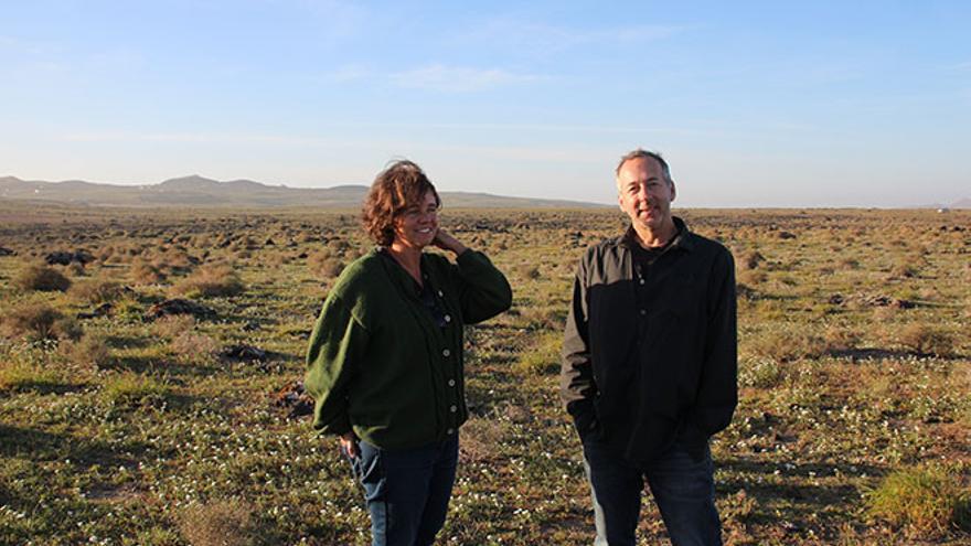 Marta Peña y Jaime Gil, autores de la Guía visual de la flora de Lanzarote. Foto: Manolo de la Hoz.