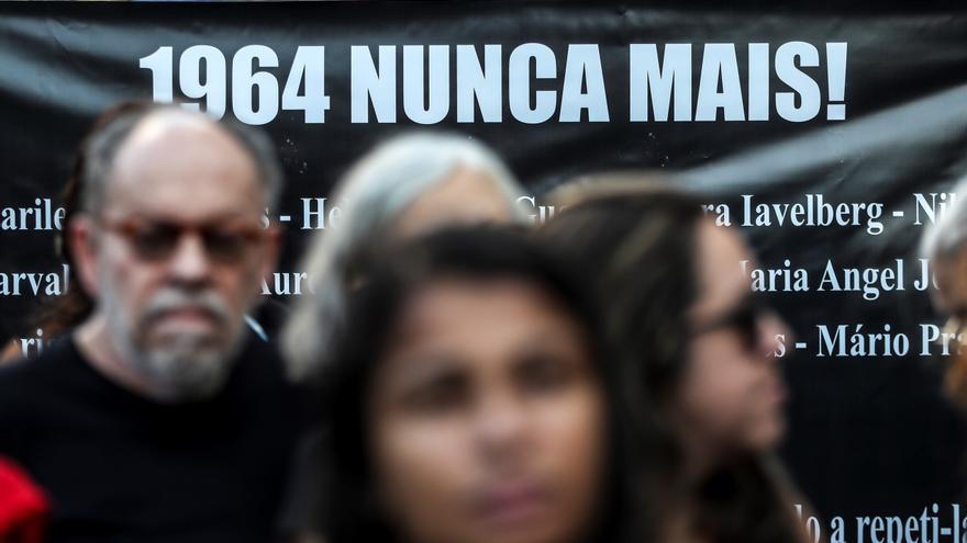 """Activistas participan en una protesta contra la dictadura y la """"rememoración"""" del aniversario del derrocamiento de Joao Goulart instigado por Jair Bolsonaro"""