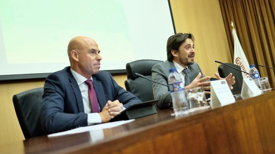 Jorge Marichal, presidente de Ashotel, a la derecha, en las jornadas sobre energía de este jueves en Santa Cruz