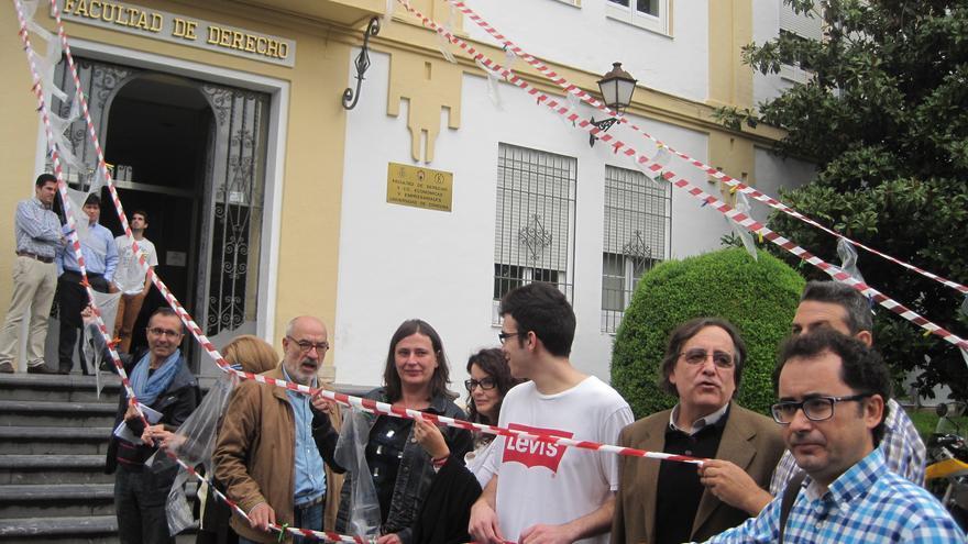 Profesores y estudiantes de Derecho en Córdoba participan en una instalación en protesta por los recortes.