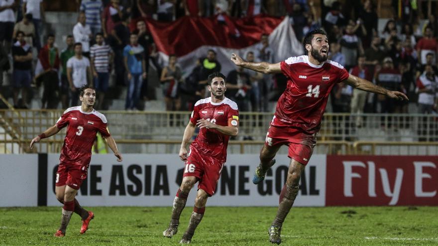 Jugadores sirios celebran un gol ante la selección iraní de fútbol.