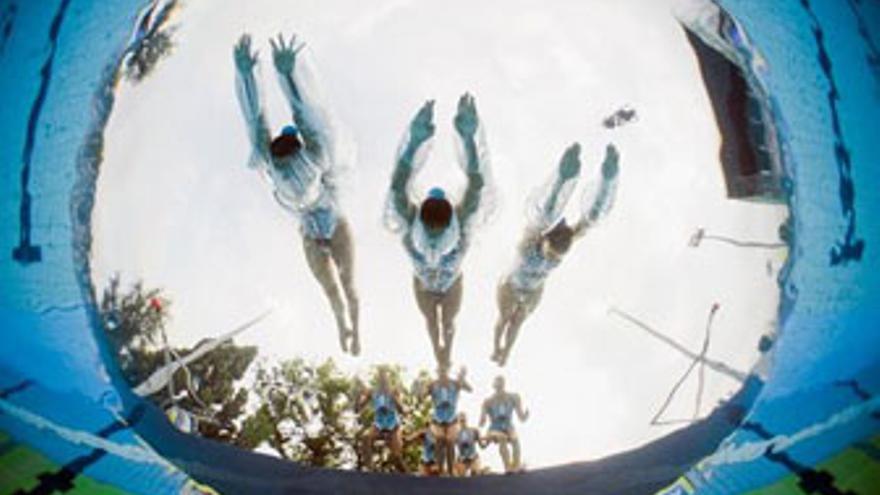 Integrantes del equipo español de natación sincronizada, este sábado, en acción. (CLIVE ROSE / EP)